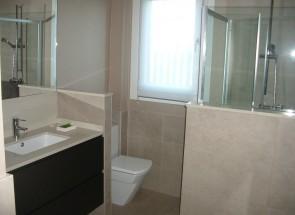 baño en casa de madera imagenes